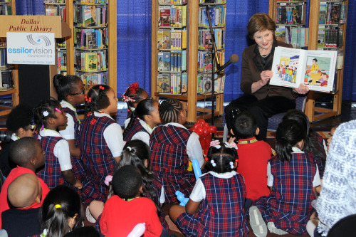1mrs__laura_bush_reading_to_west_dallas_community_school_kids_at_kids_vision_fest_8860